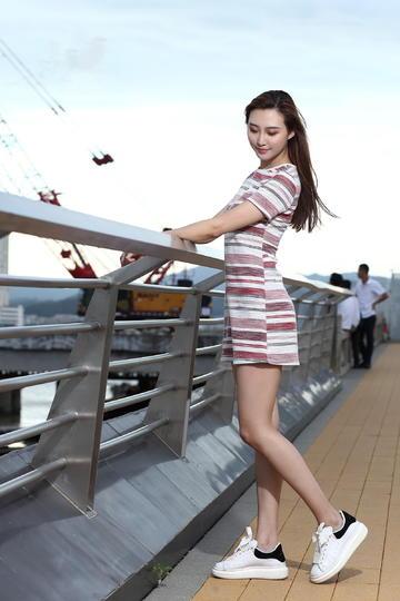 穿超短裙的美女生活照