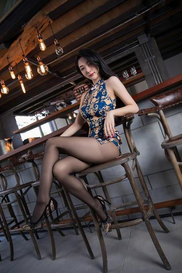 坐在酒吧吧台前的黑丝袜美女
