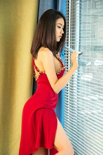 红色长裙的美女图片