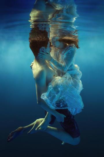 欧美情侣水中艺术摄影图片欣赏