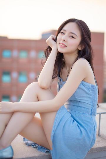 穿牛仔裙的极品学生妹写真图片