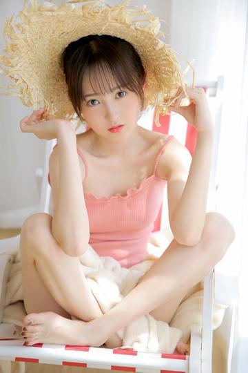 戴草帽的漂亮学生妹图片