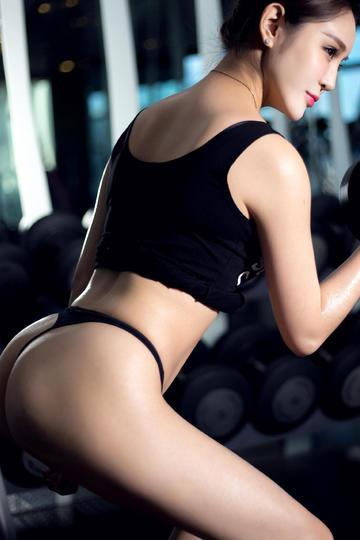 健身翘臀美女