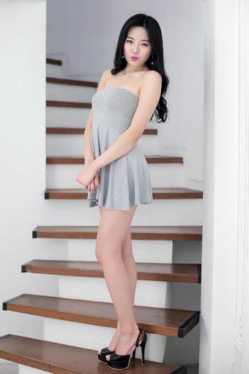 穿超短裙的性感丰满美少妇高清大图