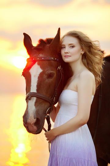 牵着马的欧美美女高清大图