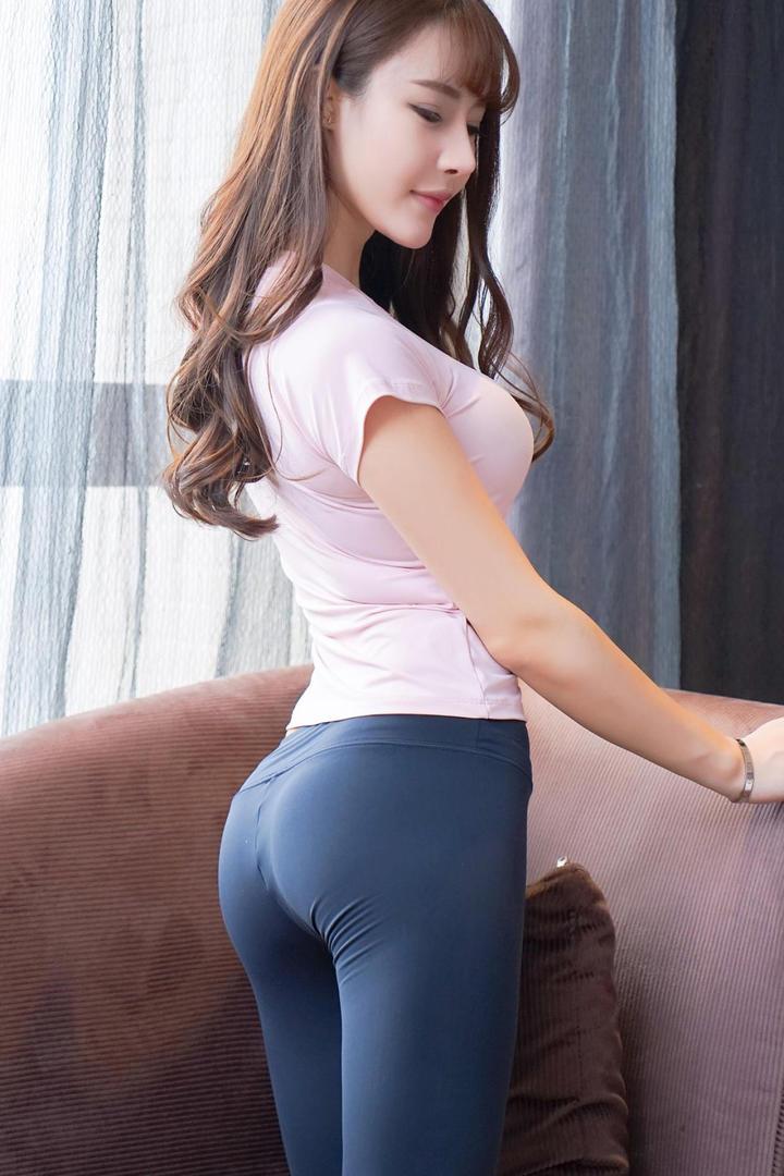 超清紧身裤翘臀美女图片