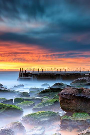 唯美浪漫彩霞海边栈桥礁石风景图片