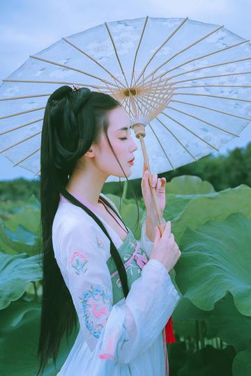 打洋伞古装美女图片