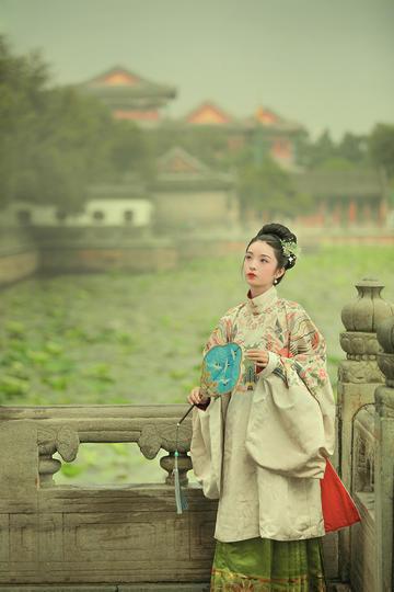 高清古装美女公园湖边摄影图片
