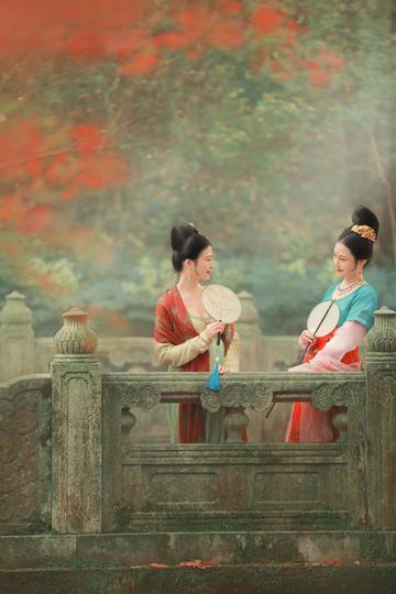 站在石桥上的两个古装美女图片