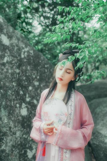 站在大树下的古装美女写真图片