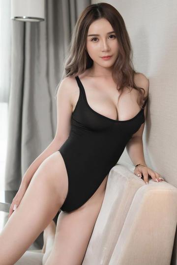 黑色紧身裤大胸丰满性感美女高清图片
