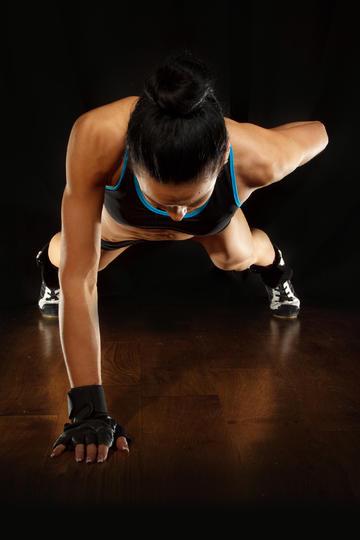 欧美健身健美美女教练单手俯后撑图片