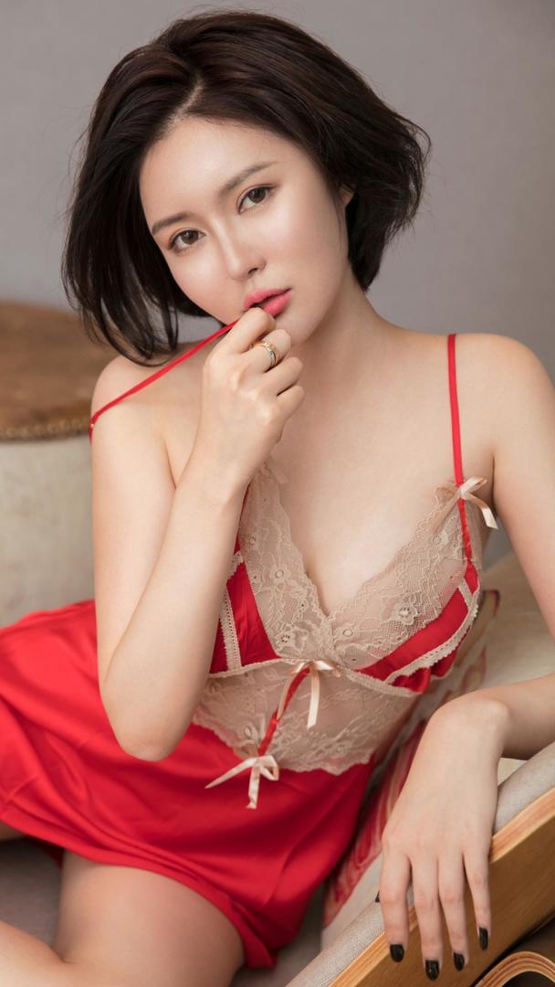 红色性感吊带睡衣美女写真图片