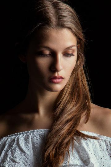 欧美小美女头像艺术照写真图片
