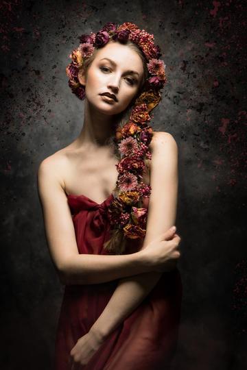 头戴花环的欧美性感美少女艺术照图片
