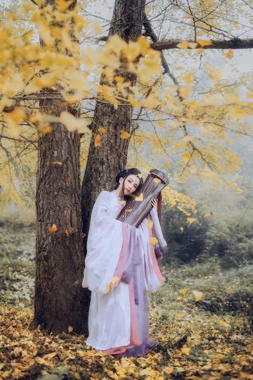 抱着古筝的古装美女图片艺术照