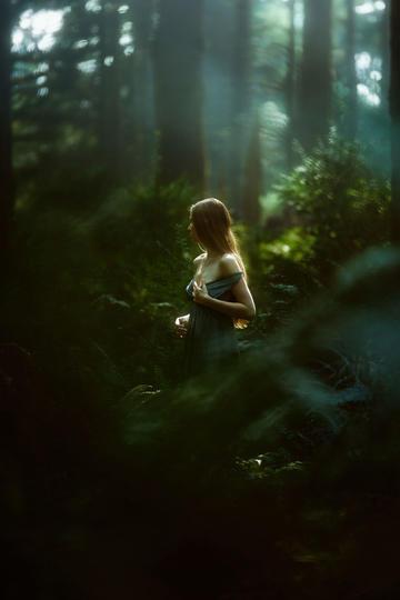 欧美童话林中美少女艺术摄影图片