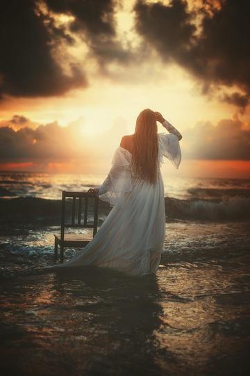 唯美海边女孩背影艺术摄影图片
