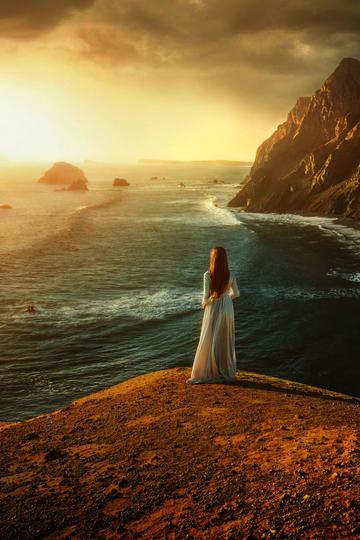 夕阳下海边女生背影艺术摄影图片