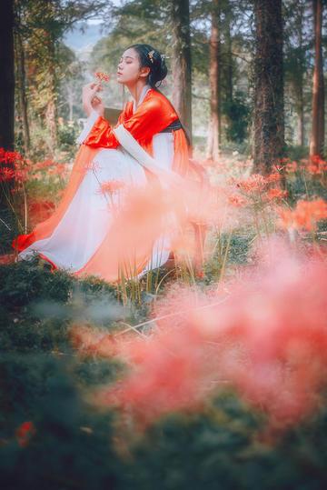 花丛中的古装小美女图片