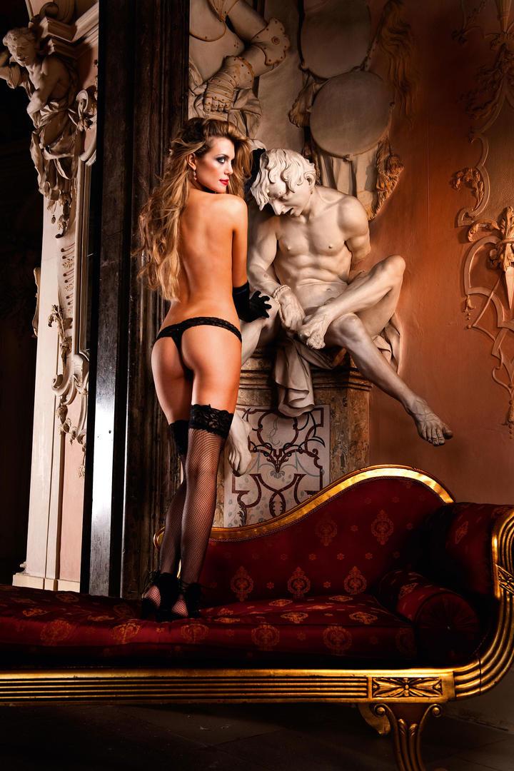 雕像边的性感内衣模特图片