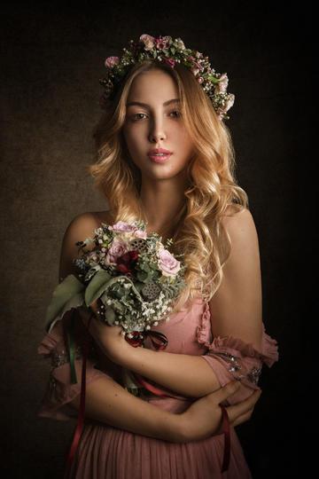 手捧鲜花的欧美美女肖像图片