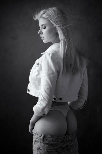 欧美性感美女侧身艺术照图片