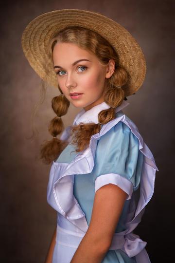 戴着草帽的欧美少女肖像图片