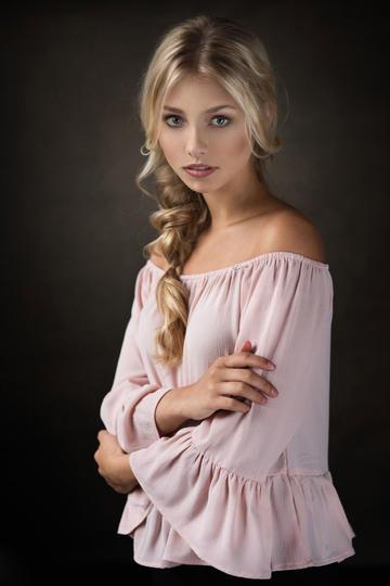 非常漂亮的欧美小美女半身艺术摄影图片