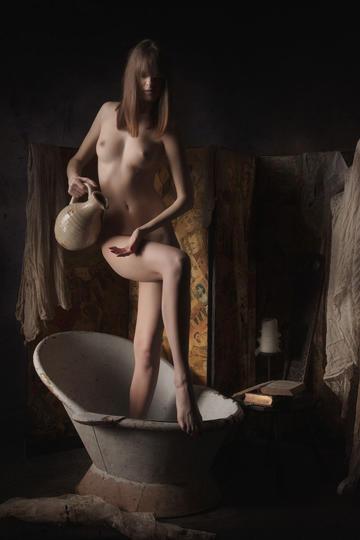 往澡盆里准备倒水的欧美女生人体艺术摄影图片