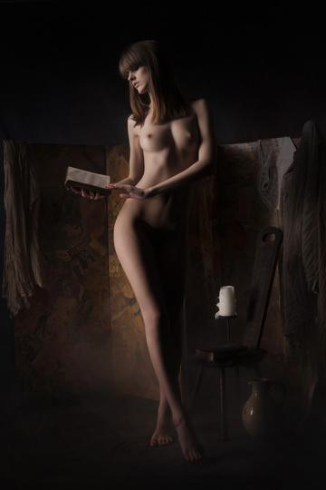看着书的欧美女生人体艺术摄影图片