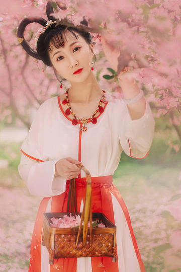 采桃花的古装清纯美女图片
