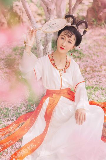唯美高清桃花林中的古装清纯美女