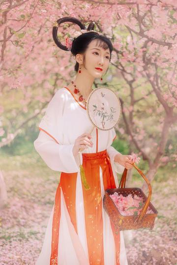 高清采桃花的古装小美女图片