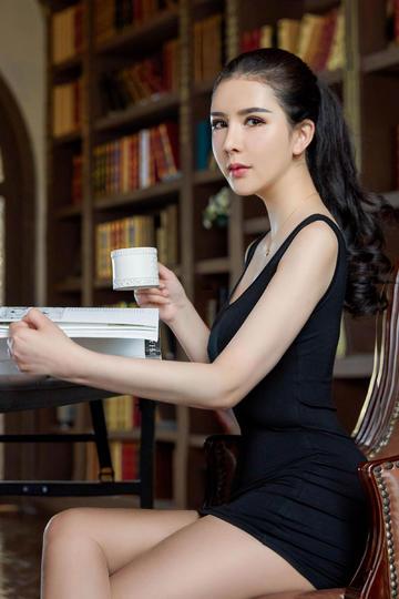 优雅性感超短裙美女看书图片