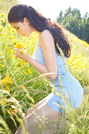 高清唯美花丛中的清纯美女图片