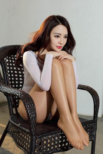 坐在椅子上的性感丝袜美女图片