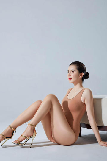 高清坐在地上的性感美女图片