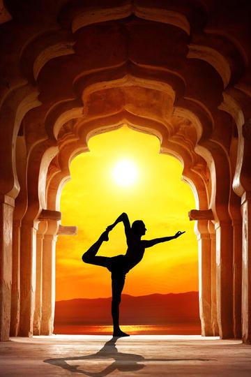 夕阳下的瑜伽女生人像摄影图片