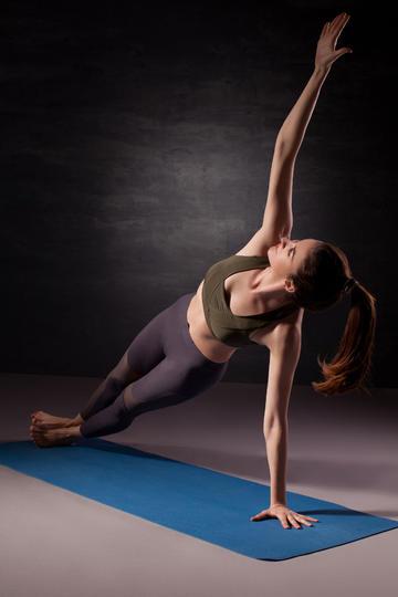 欧美瑜伽女生人像摄影图片