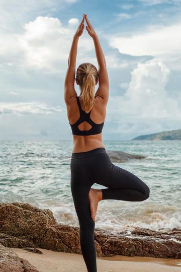 海边做瑜伽的美女人像摄影图片