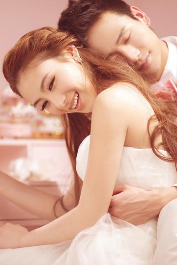 新郎拥抱新娘浪漫婚纱摄影图片
