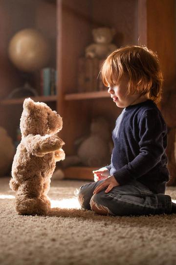与玩具熊对视的小男孩儿童摄影图片