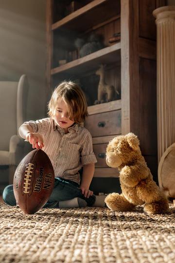 玩橄榄球的小男孩