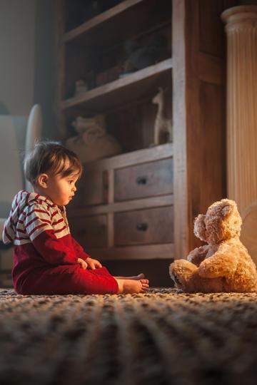 与玩具熊玩耍的小男孩儿童摄影图片