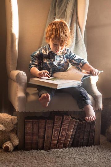 国外小男孩阅读书籍儿童摄影