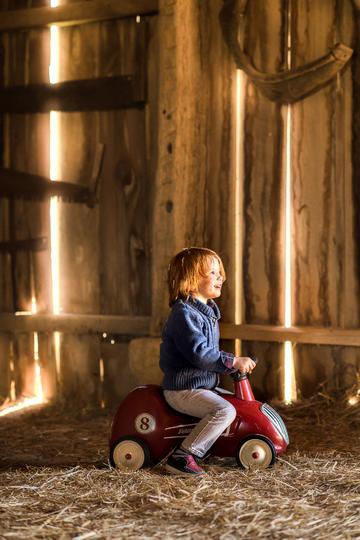 骑玩具车的小男孩儿童摄影图片