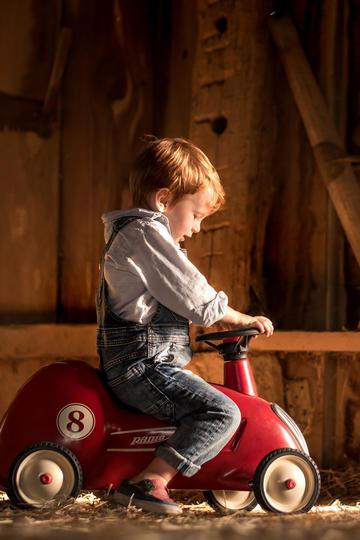 骑着玩具车的小男孩儿童摄影图片