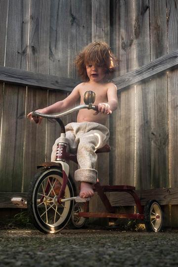 骑着三轮车的小男孩儿童摄影图片